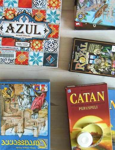 Pelilaatikoita: Azul, Carcassonne, Catan, Port Royal ja Dale of Merchants - sekä mittanauha.