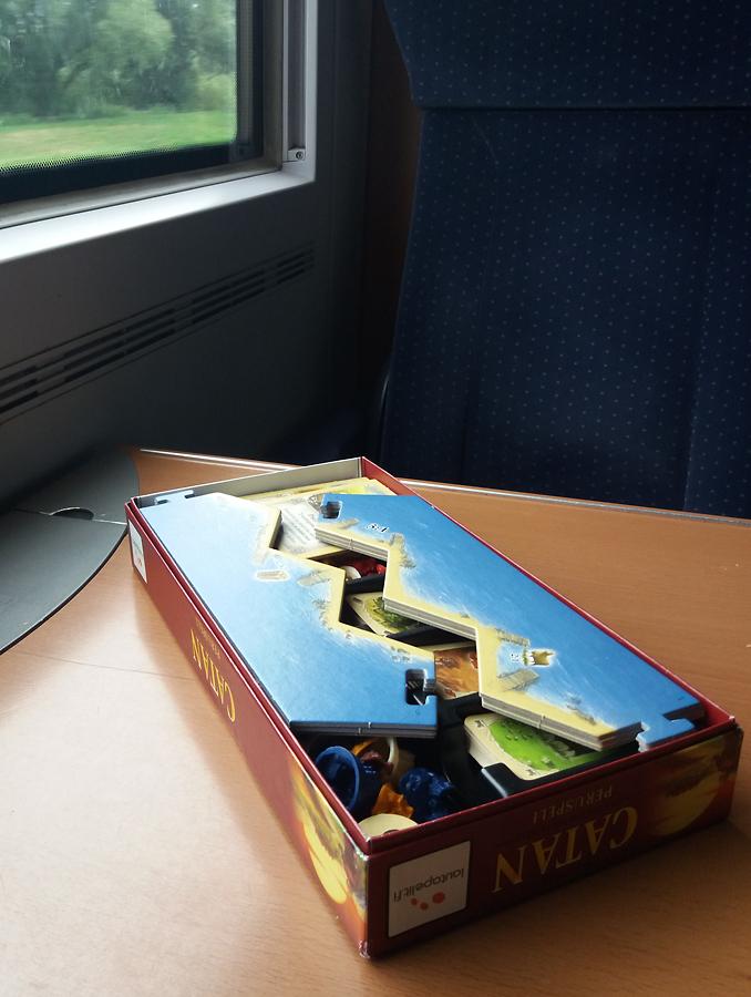 Catan-peruspeli pakattuna 5-6 pelaajan lisäosan laatikkoon.