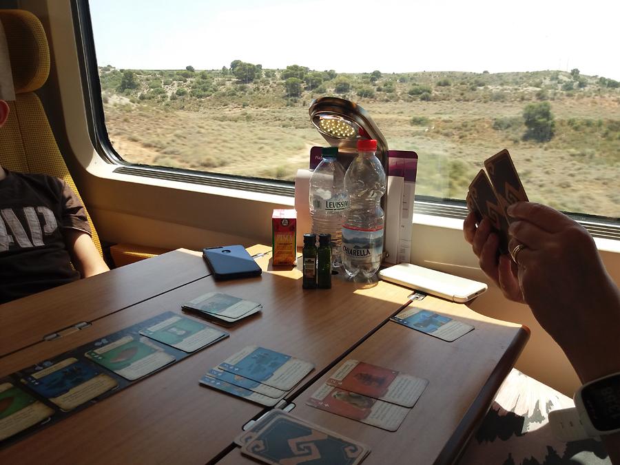 Dale of Merchants -kaksinpeli junassa.