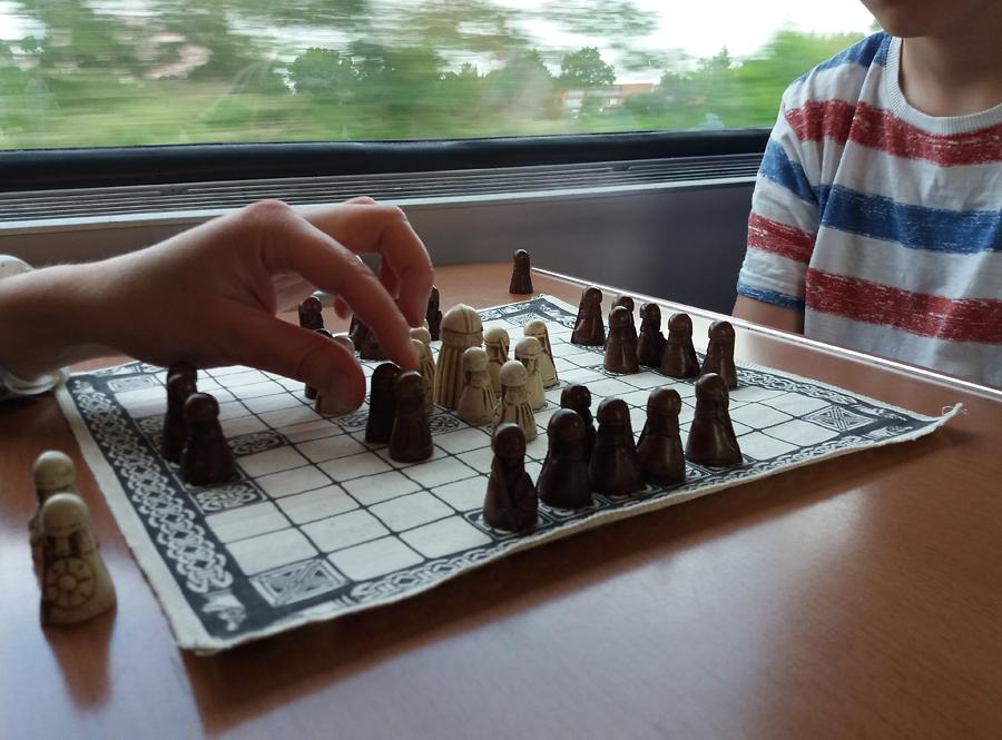 Hnefatafl-pelissä mustan vuoro hyökätä.