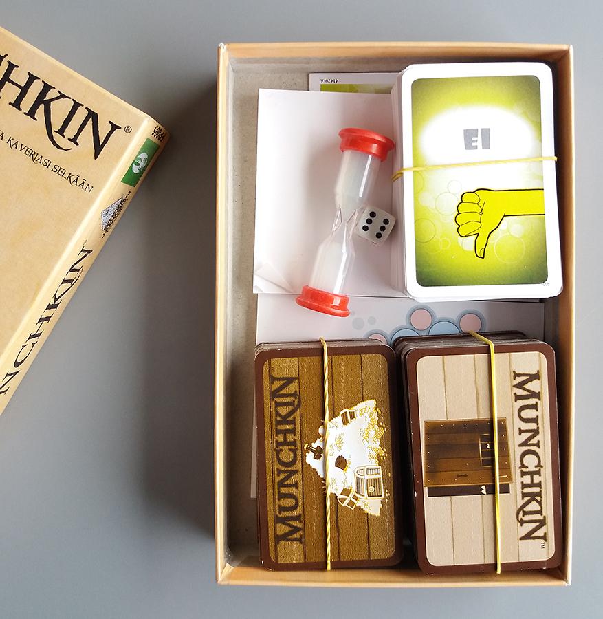 Munchkin-laatikon sisällä matka-Haaste ja sen tiimalasi.