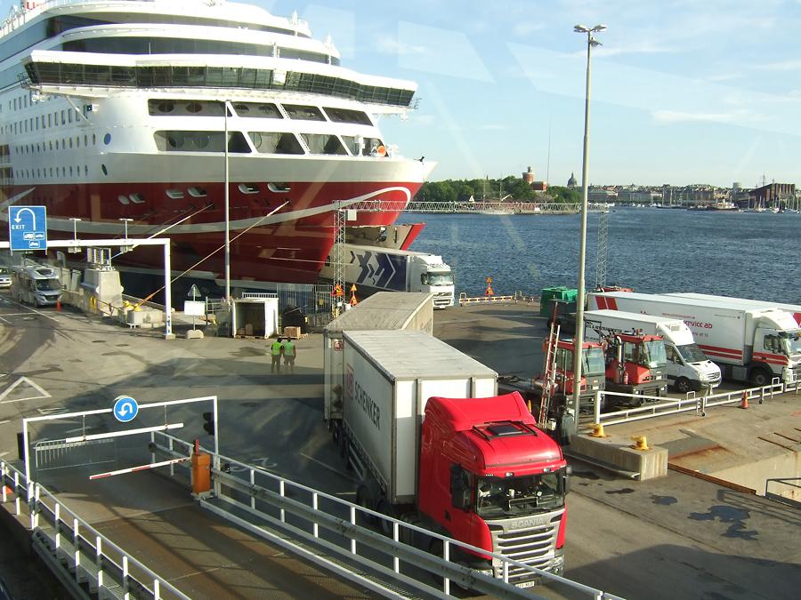 Viking Linen ajoneuvokannella on merkittävä määrä maantierahtia.